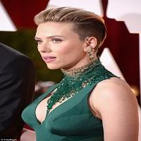Articole despre Filme - Alt moment penibil de la Oscarurile 2015: clipa in care John Travolta a incercat sa o pupe pe Scarlett Johansson pe covorul rosu