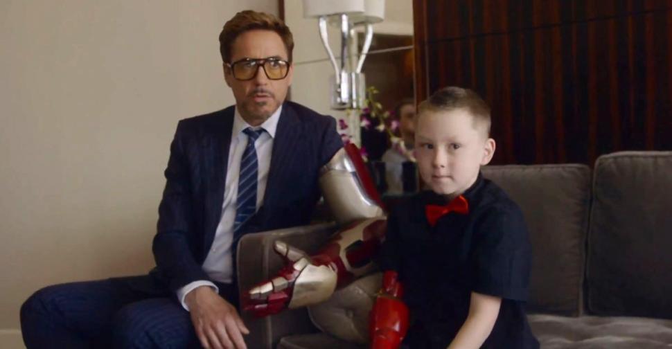 Articole despre Filme - Robert Downey Jr. a ajutat un baiat sa primeasca o proteza bionica
