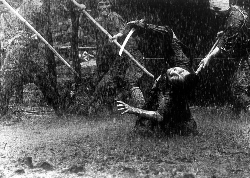 seven-samurai-1954-007-man-caught-in-rain-and-mud.jpg