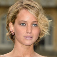 Jennifer Lawrence cu sanii la vedere la un eveniment de moda