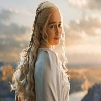Khaleesi, Emilia Clarke, crede ca ar trebui mai multe nuditate masculina in Game of Thrones