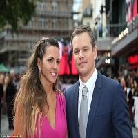Stiri despre Filme - Sotia lui Matt Damon a facut senzatie pe covorul rosu de la premiera filmului Jason Bourne