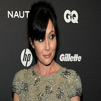 Stiri despre Filme - Shannen Doherty, Brenda Walsh din Beverly Hills 90210, si-a documentat momentul taierii parului, in urma luptei pe care o duce cu cancerul