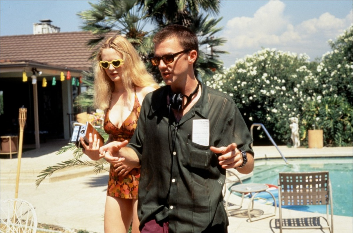 BOOGIE-NIGHTS-Heather-Graham-PAul-Thomas-Anderson-en-el-set-de-Boogie-Nights.jpg