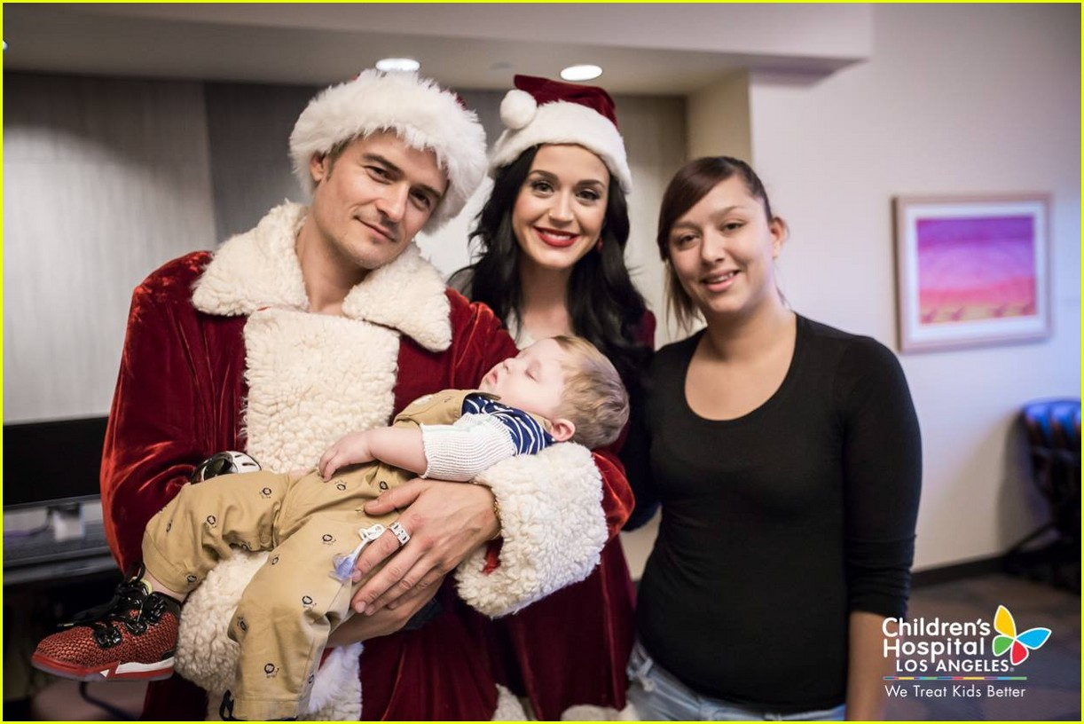 katy-perry-orlando-bloom-dress-as-santas-for-childrens-hospital-visit-01.jpg