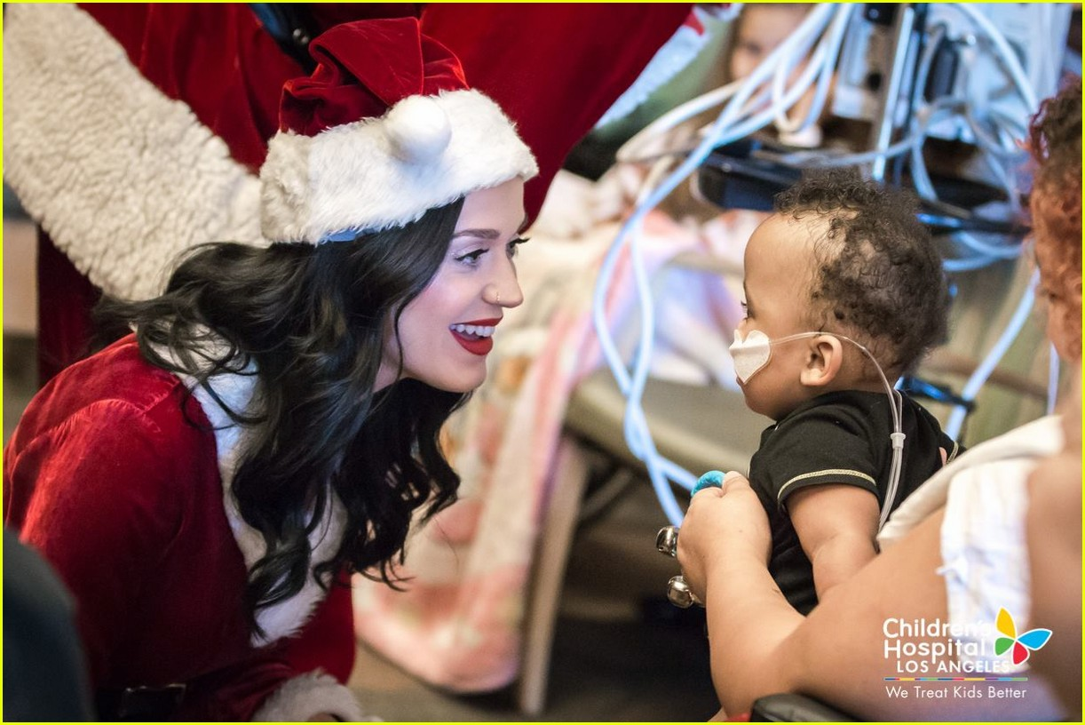katy-perry-orlando-bloom-dress-as-santas-for-childrens-hospital-visit-04.jpg