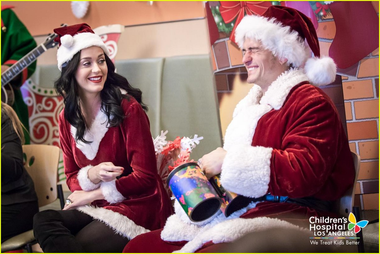 katy-perry-orlando-bloom-dress-as-santas-for-childrens-hospital-visit-07.jpg