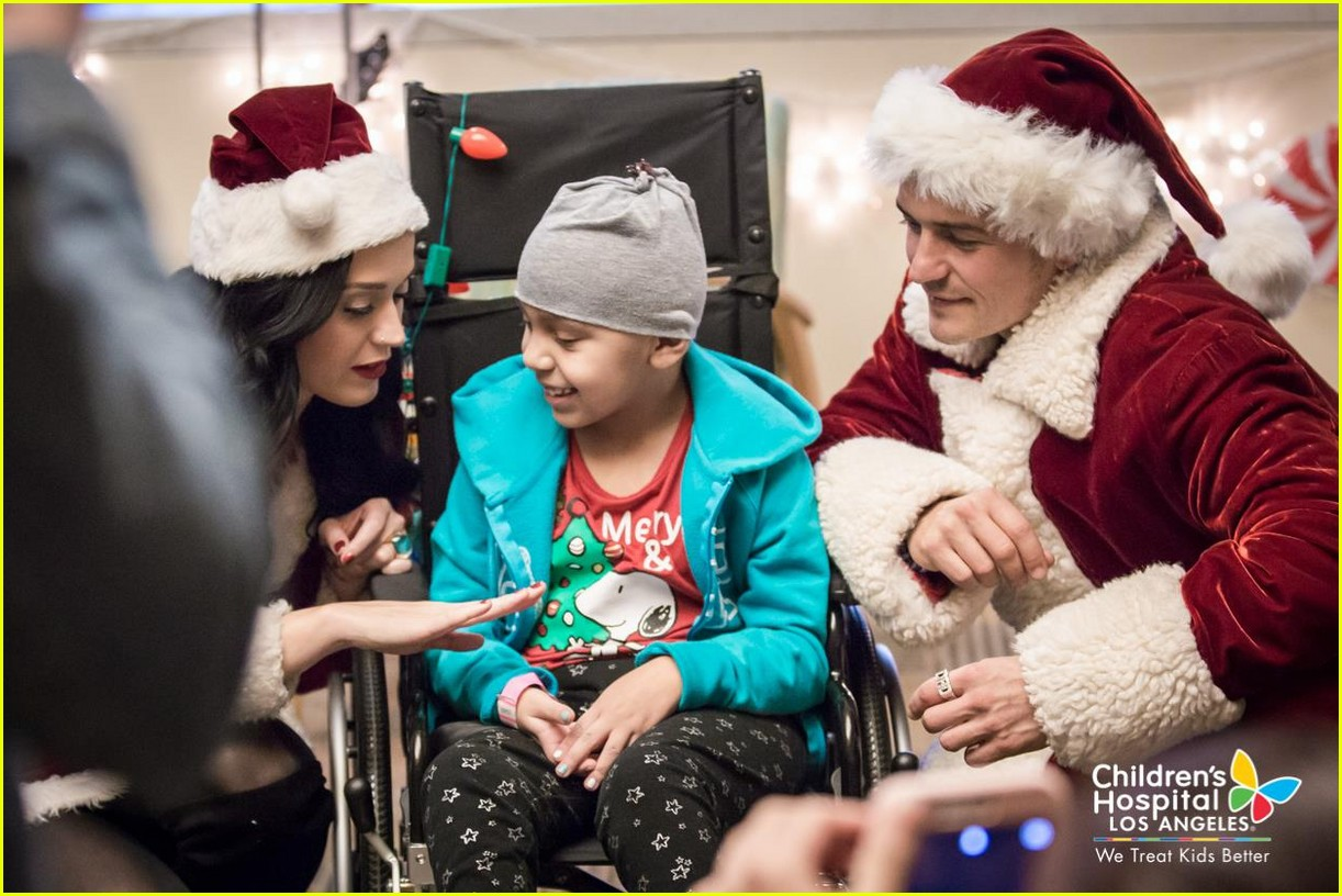 katy-perry-orlando-bloom-dress-as-santas-for-childrens-hospital-visit-16.jpg