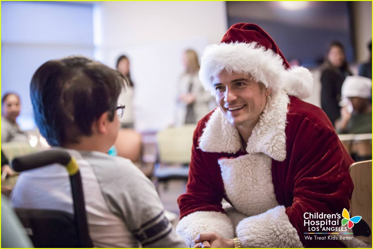 katy-perry-orlando-bloom-dress-as-santas-for-childrens-hospital-visit-19.jpg