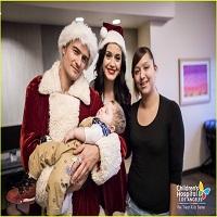 Stiri despre Filme - Katy Perry si Orlando Bloom au adus spiritul sarbatorilor la un spital de copii din Los Angeles