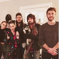 Liam Hemsworth a aparut in poza de Craciun a familiei lui Miley Cirus