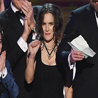 Stiri despre Filme - Winona Ryder s-a transformat intr-un GIF uman la SAG Awards 2017 si o iubim pentru asta