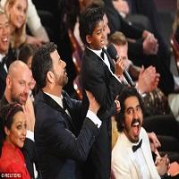 Stiri despre Filme - Dev Patel s-a uitat in cel mai dragut mod la micutul Sunny Pawar la Oscarurile 2017, iar oamenii de pe Twitter au luat-o razna