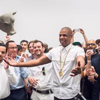 Articole despre Muzica - Spectacol neconventional - Jay-Z s-a transformat in arta vie in cadrul unei galerii din New York, unde a cantat 6 ore la rand VIDEO