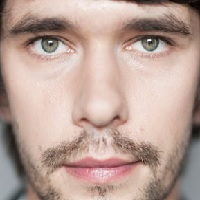 Noul videoclip al celor de la Years&Years in care apare actorul Ben Whishaw - VIDEO