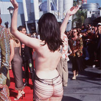 Articole despre Muzica - Celebritatile care au ales sa poarte rochii transparente de-a lungul anilor