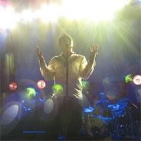 Cronici de Concerte si Evenimente - Morrissey la Bucuresti - un concert intim, in sufrageria Salii Palatului: voce impecabila si mesaje puternice