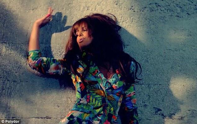Cheryl Cole a lansat Call My Name, un nou videoclip hot