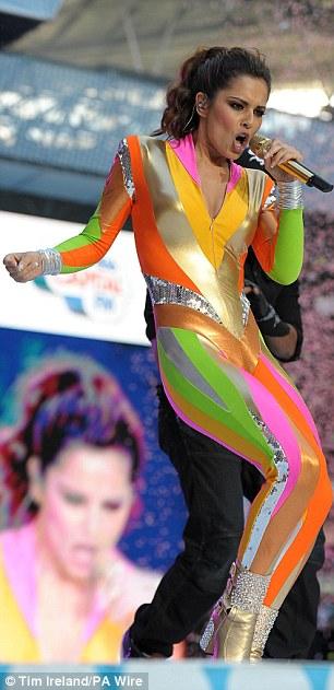 Cheryl Cole arata ca un papagal