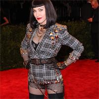 Madonna s-a afisat purtand o cruce pe fund