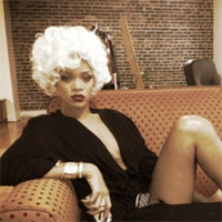 Rihanna o imita pe Marilyn Monroe