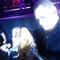 Rihanna si-a lovit intentionat un fan cu microfonul in fata