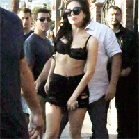 Lady Gaga s-a plimbat doar in sutien pe strada