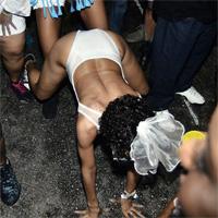 Rihanna, pe jumatate dezbracata si in ipostaze indecente la carnavalul din Barbados