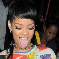 Rihanna si-a luat o poseta in forma de penis