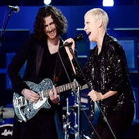 "Annie Lennox si Hozier au cantat piesa ""Take me to church"" la premiile Grammy 2015"