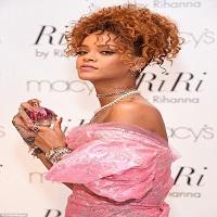 Rihanna a purtat o rochie de bal specifica anilor '80 la petrecerea de lansare a parfumului sau