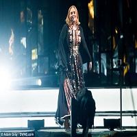 Adele a creat isterie dupa show-ul de la Glastonbury - a injurat de 33 de ori, desi BBC-ul a avertizat-o sa aiba grija