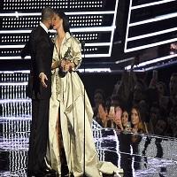 MTV VMA - Drake a vrut sa o sarute pe Rihanna pe scena, ea s-a retras cu gratie