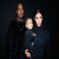 Stiri din Muzica - Familia Kardashian-West a facut o fotografie de Craciun, dar nu pare deloc fericita