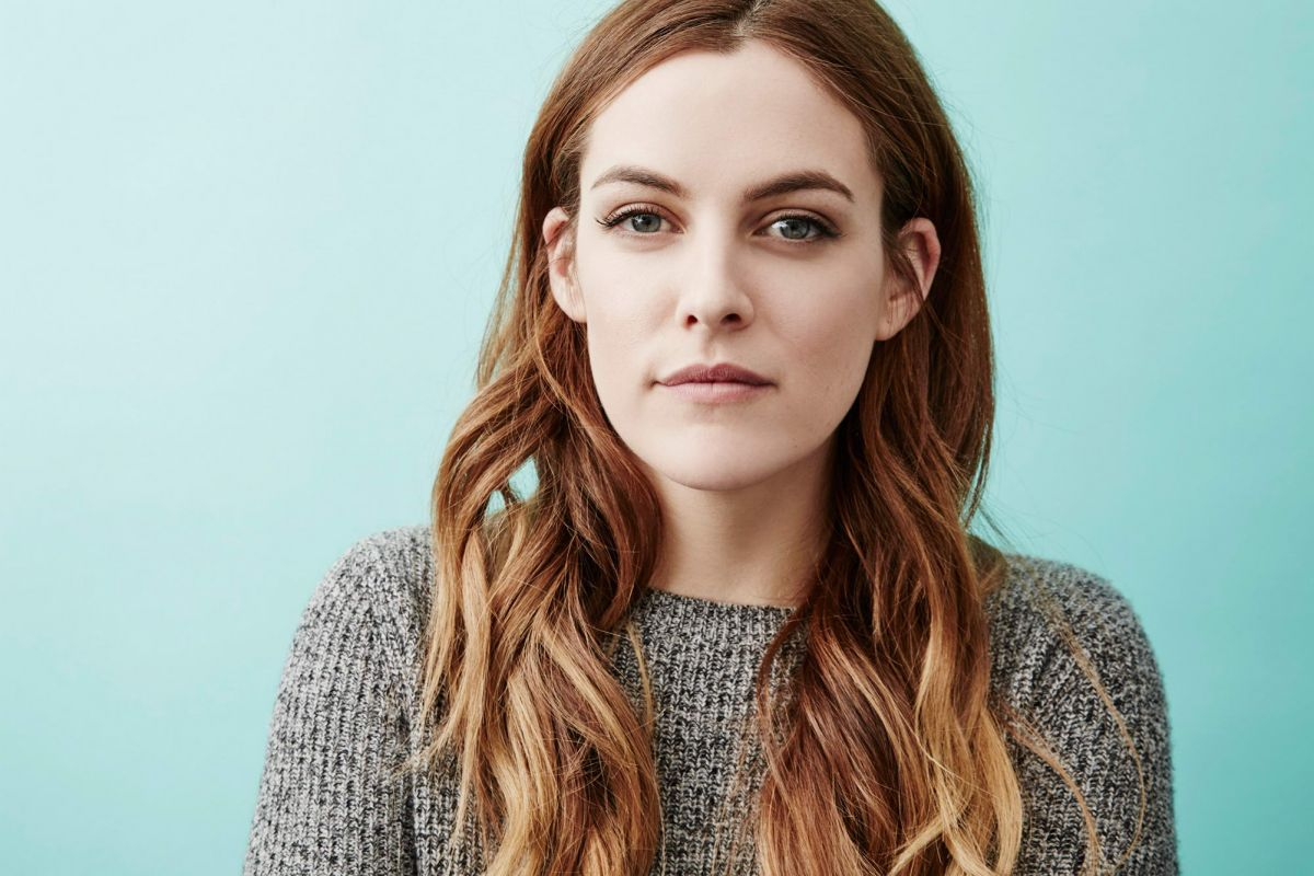 riley-keough-the-grilfriend-experience-photocall_2.jpg