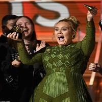 """Stiri din Muzica - Adele a castigat """"Albumul Anului"""" la premiile Grammy, insa i l-a oferit lui Beyonce si ambele au plans"""