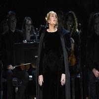 Stiri din Muzica - Adele a oferit un moment pur si autentic la Grammys - a luat de la capat piesa pe care o interpreta pentru ca nu suna bine - reactia vedetelor