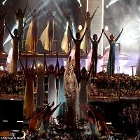 Stiri din Muzica - Cati oameni au lucrat la rochia pe care a purtat-o Beyoncé la premiile Grammy 2017