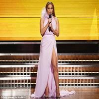 Stiri din Muzica - Jennifer Lopez a vorbit despre fosta relatie cu Drake pe covorul rosu de la premiile Grammy 2017