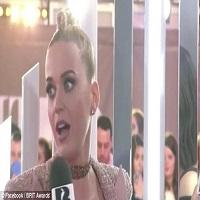 Stiri din Muzica - Katy Perry, comportament foarte dubios in timpul unui interviu de pe covorul rosu de la BRIT Awards 2017