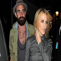 Stiri din Muzica - Kylie Minogue este devastata dupa ruperea logodnei cu Joshua Sasse