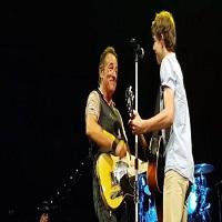 Stiri din Muzica - Un adolescent din Australia a chiulit de la scoala ca sa ajunga la un concert Bruce Springsteen si a ajuns sa cante pe scena cu artistul sau preferat