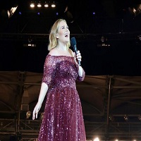 Adele s-a suparat pe un bodyguard pentru ca le spunea oamenilor sa stea jos in timpul show-ului ei din Australia