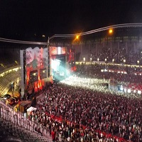 Stiri Evenimente Muzicale - Un tanar a fost filmat in timp ce dansa cu un fier de calcat la UNTOLD Festival